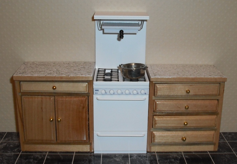 Gas cooker with eye-level grill